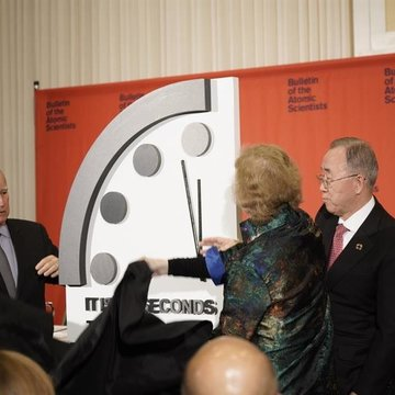 El presidente ejecutivo del Boletín de los Científicos Atómicos, Edmund G. Brown Jr. (i), desvela el 'Reloj del Apocalipsis' junto a la ex presidenta de Irlanda, Mary Robinson (c), y el ex secretario general de la ONU, Ban Ki-moon (d) (EFE/ Bulletin Of The Atomic Scientists)